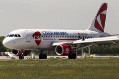 Aerei di Czech Airlines Airbus A319-112 di atterraggio Fotografia Stock Libera da Diritti