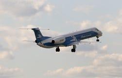Aerei di Embraer ERJ-145EU di linee aeree di Dniproavia sui precedenti del cielo blu Immagini Stock