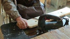 Aerei di legno di perforazione di un uomo video d archivio