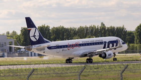 Aerei di LOT Polish Airlines Embraer ERJ170-200LR che preparano per il decollo dalla pista Immagine Stock