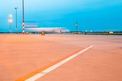 Aerei di moto nell'ora del blu dell'aeroporto fotografie stock libere da diritti