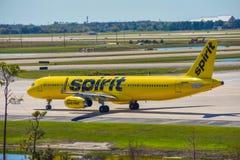Aerei di Spirit Airlines sulla pista che prepara per la partenza da Orlando International Airport MCO 1 fotografie stock
