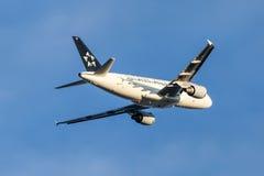 Aerei di Star Alliance Airbus A319 dopo il decollo Fotografia Stock