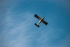 Aerei di volo contro il cielo blu Fotografia Stock Libera da Diritti