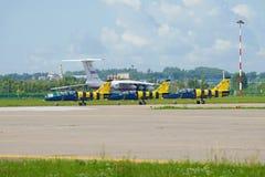 Aerei L-39 del ` baltico delle api del ` acrobatici lettone del gruppo sulla pista dell'aerodromo di Ramenskoy Airshow MAKS-2017 fotografia stock libera da diritti