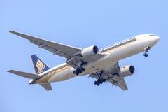 Aerei o piano di Singapore Airlines sul cielo che atterra all'aeroporto di Suvanabhumi fotografia stock