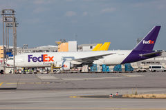 Aerei precisi di Fedex in conduttura di Francoforte Fotografia Stock