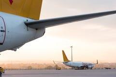 Aerei su un fondo di alba del beautifule all'aeroporto fotografie stock libere da diritti