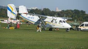 Aereo all'aeroporto E Motore di vecchio aereo Aeroplano prima del decollo video d archivio