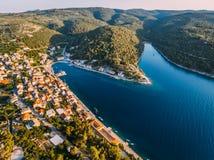 Aereo - alta vista del ange del villaggio Piccola città adriatica Fotografia Stock