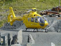Aereo ambulanza parcheggiato sulla terra della ghiaia Fotografia Stock