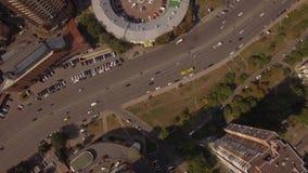 aereo Automobili sulla strada di città Vista dall'alto in basso Assomiglia a spiare satellite 4K stock footage