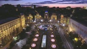 aereo Bella fontana alla notte sul quadrato di indipendenza a Kiev, Ucraina stock footage