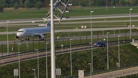Aereo bianco che fa taxi sull'aeroporto di Monaco di Baviera, cielo blu archivi video