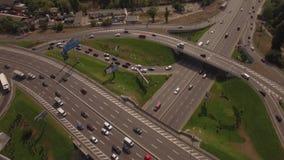 aereo Bivio occupato Le automobili si muove nelle direzioni differenti 4K archivi video