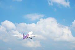 Aereo commerciale su cielo blu con la nuvola Fotografia Stock
