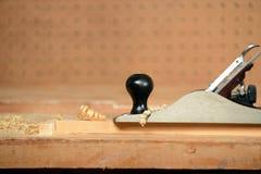 Aereo con i trucioli di legno nel negozio del carpentiere Fotografia Stock