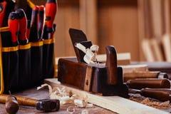 Aereo d'annata vecchio con l'insieme moderno del cacciavite fotografia stock