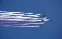 Aereo da caccia degli aerei di luminoso larghezza con fumo colorato immagini stock libere da diritti