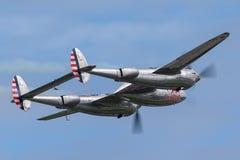 Aereo da caccia della seconda guerra mondiale del fulmine di Lockheed P-38 azionato dalla raccolta volante dei tori fotografia stock libera da diritti