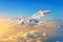 Aereo da caccia militare all'alta velocità, volante su nel tramonto del cielo Immagini Stock
