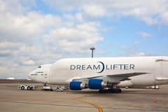 Aereo da carico del Boeing 747 in aeroporto Fotografie Stock