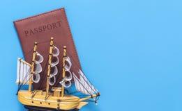Aereo del giocattolo sopra il passaporto sul blu Fotografia Stock Libera da Diritti