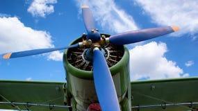 Aereo della vite del motore, contro un cielo blu fotografia stock libera da diritti
