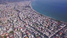 Aereo delle spiagge di lusso e paesaggio urbano del Mar Mediterraneo Arte Volo sopra la bella città archivi video