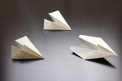 Aereo di aria di carta su fondo scuro per progettazione Fotografia Stock Libera da Diritti