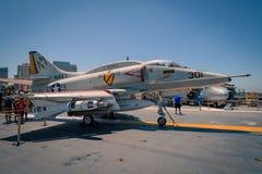 Aereo di attacco di A-4 Skyhawk a bordo del museo intermedio dei portaerei di USS al giorno di estate della radura di San Diego H Fotografia Stock Libera da Diritti