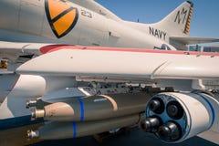 Aereo di attacco di A-4 Skyhawk a bordo del museo intermedio dei portaerei di USS al giorno di estate della radura di San Diego H Fotografia Stock