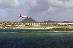 Aereo di atterraggio nell'aeroporto di Aruba, caraibico Immagine Stock Libera da Diritti