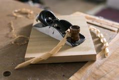 Aereo di blocco con i trucioli di legno Fotografie Stock