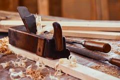 Aereo di legno d'annata su una plancia di legno fotografia stock libera da diritti