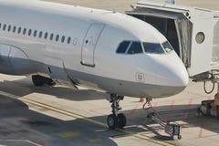 Aereo di linea ad un aeroporto Fotografia Stock Libera da Diritti