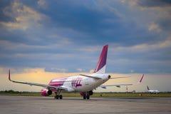 Aereo di linea commerciale Airbus A320-232 W dell'aereo di linea della linea aerea a basso costo ungherese di Wizz Air immagini stock libere da diritti