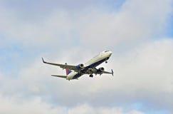 Aereo di linea dell'annuncio pubblicitario di Delta Airlines Fotografie Stock