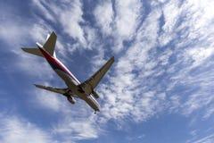 Aereo di linea 9M-MRB di Malaysia Airlines Boeing 777 sull'approccio per atterrare un aeroporto internazionale di Melbourne immagine stock