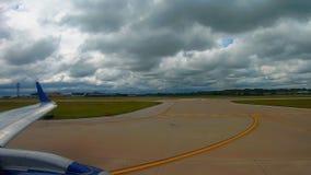 Aereo di linea pronto per la partenza all'aeroporto a Cleveland archivi video