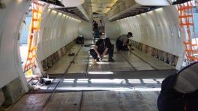 Aereo di linea sulla manutenzione pesante Una cabina di passeggero vuota con i sedili smantellati stock footage
