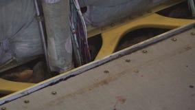 Aereo di linea sulla manutenzione pesante Una cabina di passeggero vuota con i sedili smantellati archivi video