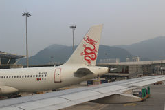 Aereo di linea sulla pista di Hong Kong fotografia stock libera da diritti