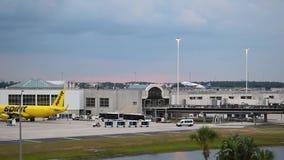 Aereo di Spirit Airlines che decolla sul fondo di tramonto ad Orlando International Airport