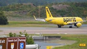 Aereo di Spirit Airlines che fila sulla pista ad Orlando International Airport
