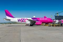 Aereo di Wizzair all'aeroporto di Danzica Immagini Stock Libere da Diritti