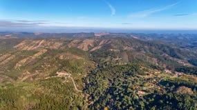 aereo Foreste ed il paesaggio della zona ecologica Monchique Dal cielo in fuchi Immagine Stock
