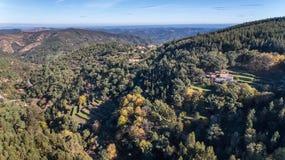aereo Foreste ed il paesaggio della zona ecologica Monchique Dal cielo in fuchi Fotografie Stock