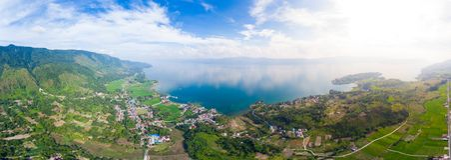 Aereo: lago Toba e vista dell'isola di Samosir da sopra Sumatra Indonesia Caldera vulcanica enorme coperta da acqua, Batak tradiz immagini stock libere da diritti