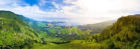Aereo: lago Toba e vista dell'isola di Samosir da sopra Sumatra Indonesia Caldera vulcanica enorme coperta da acqua, Batak tradiz fotografia stock